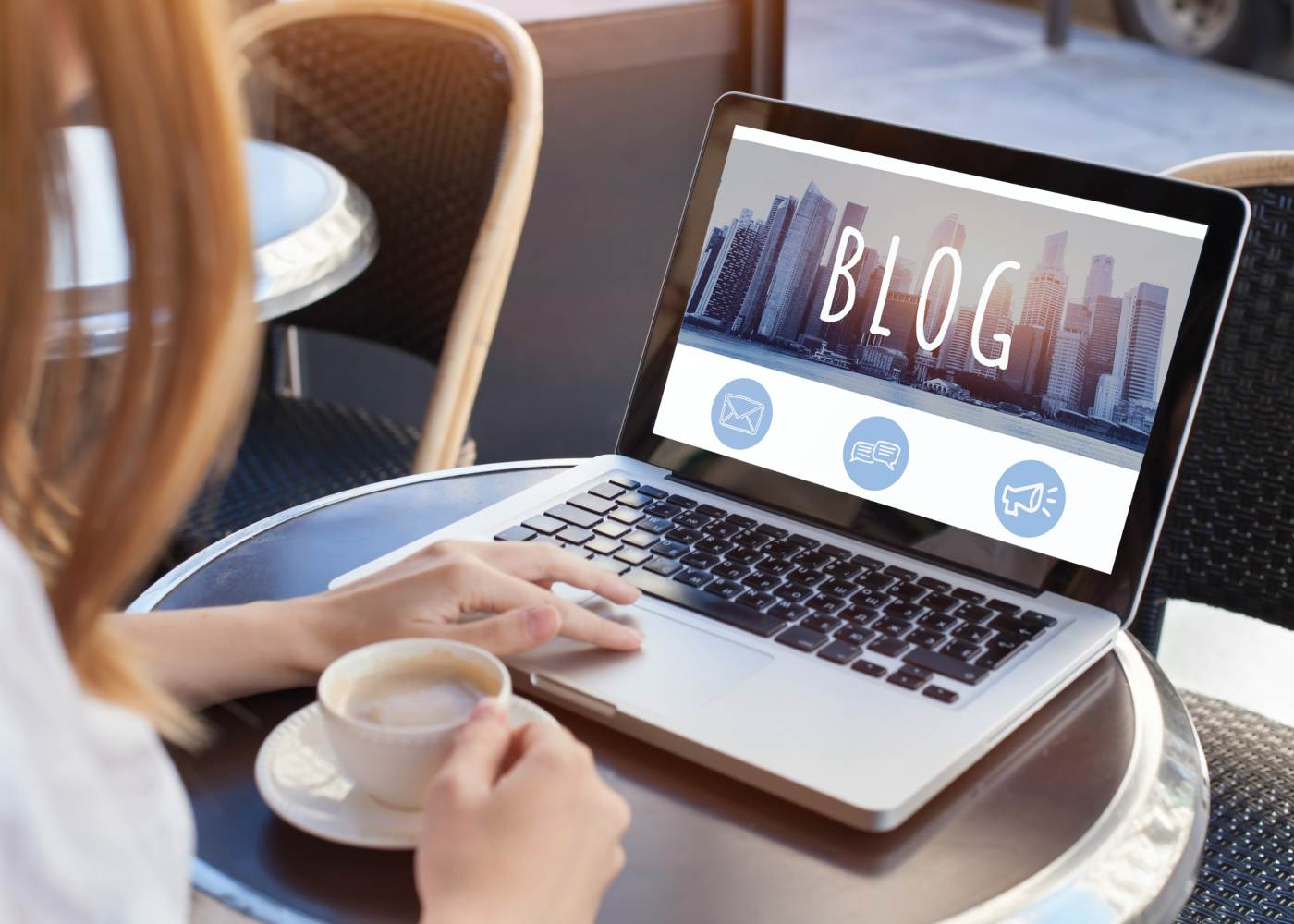Mulher a ler um blog