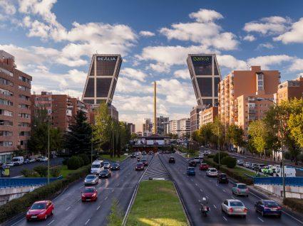 Avenida com carros em Madrid