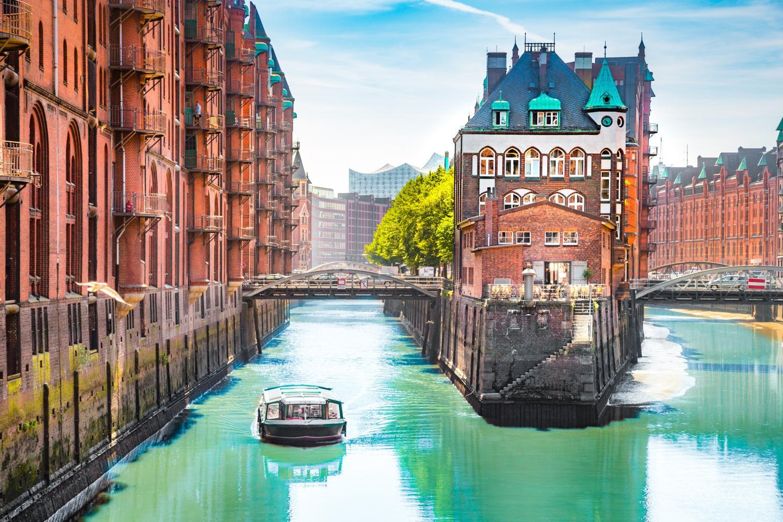 barco nos canais de Hamburgo