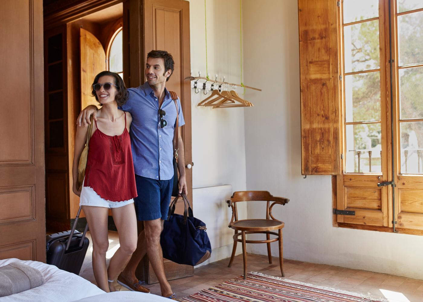 Jovem casal a chegar a airbnb