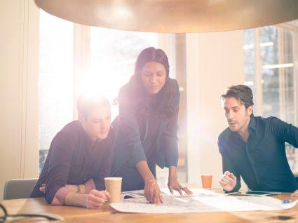 líder a praticar liderança de proximidade ao mostrar aos funcionários a maneira correta de executar a tarefa