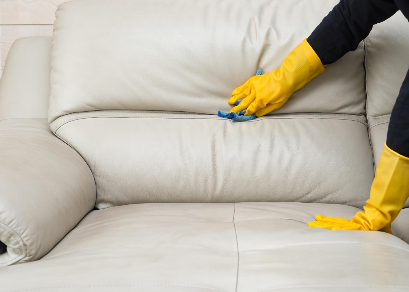 limpar sofá branco