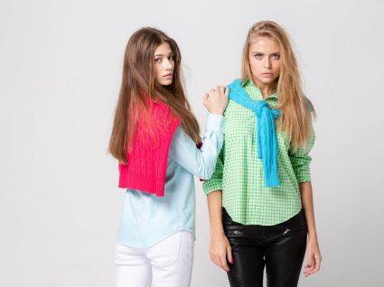 Jovens com looks de cores pastel