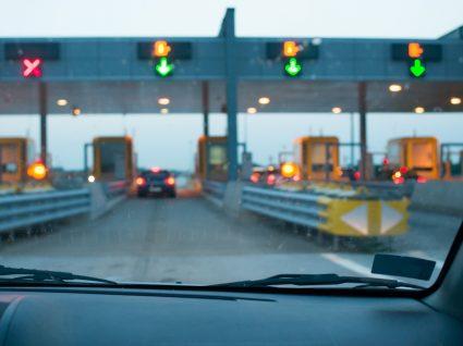 condutor a passar pela portagem depois de mudar a matrícula da via verde