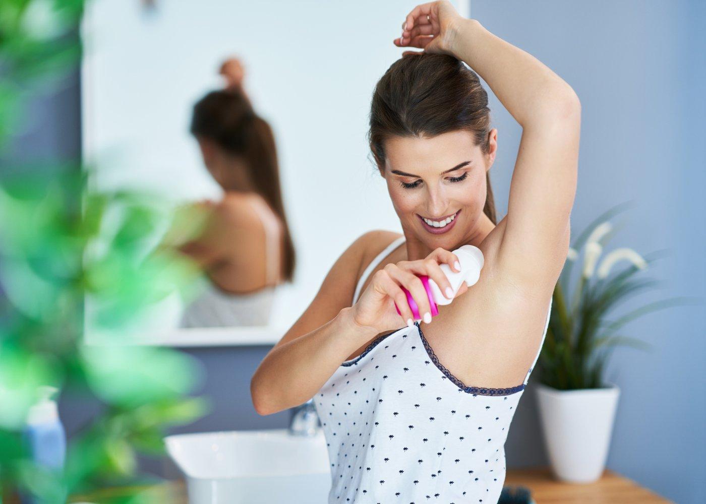 Mulher a aplicar desodorizante