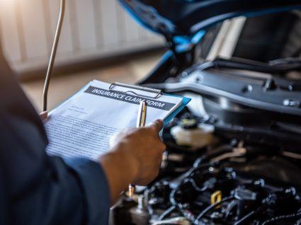 mecânico a analisar carro para evitar multa por falta de inspeção automóvel