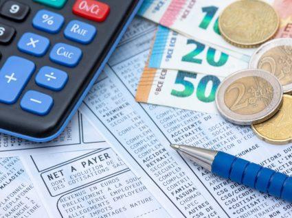 dinheiro e máquina de calcular