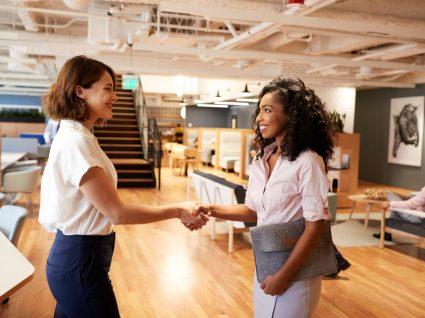 jovem contratada a cumprimentar recrutadora
