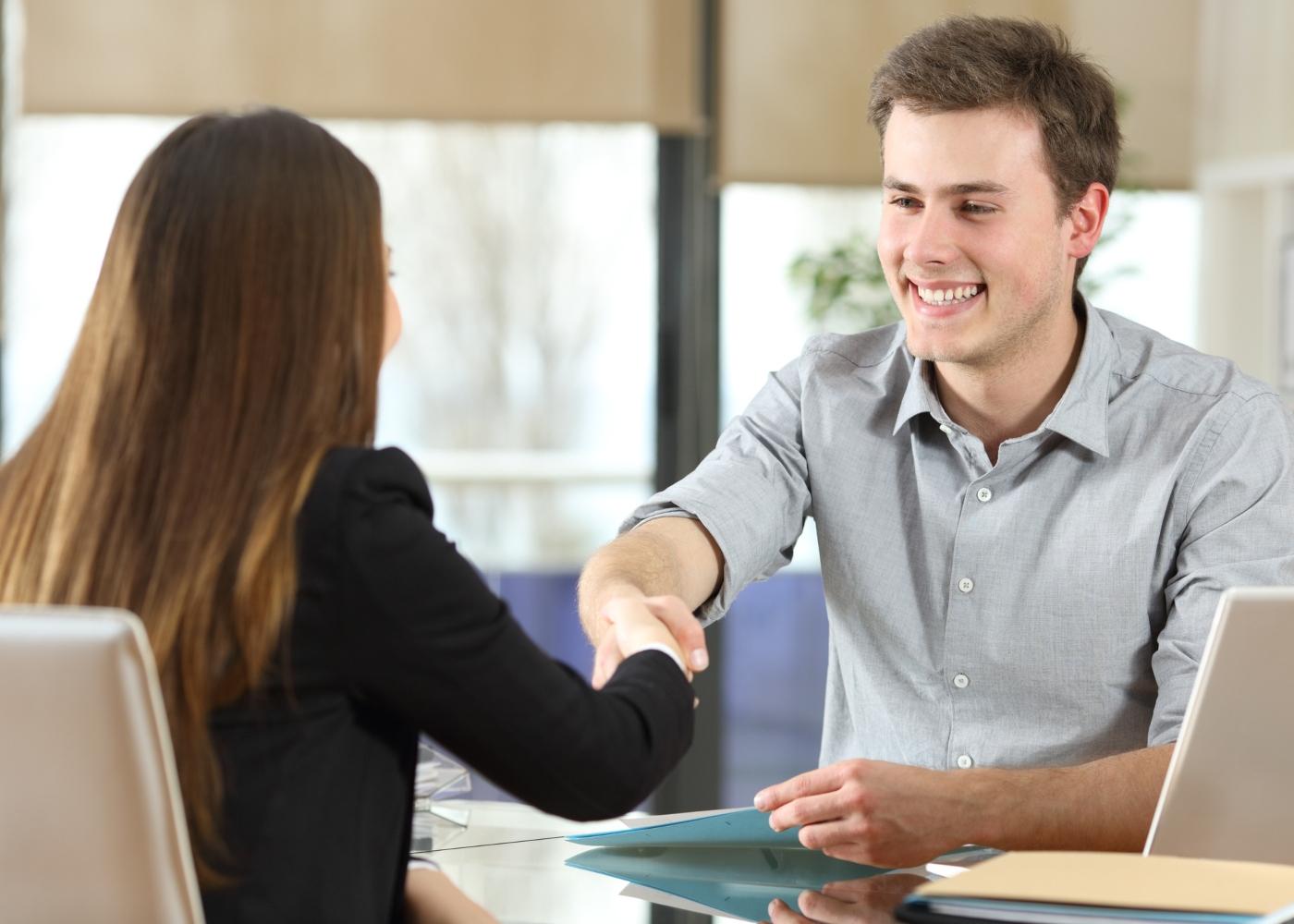 jovem a cumprimentar recrutadora na entrevista