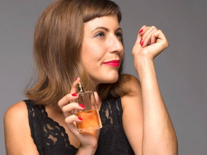 Mulher a colocar perfume para durar mais