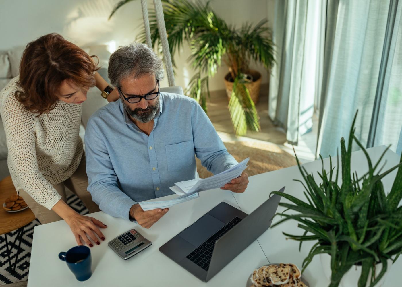Casal de meia-idade a planear orçamento familiar