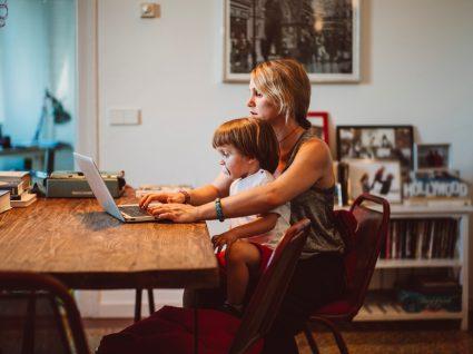 Mulher a validar faturas no Portal das Finanças