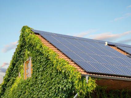 telhado de casa com painéis solares