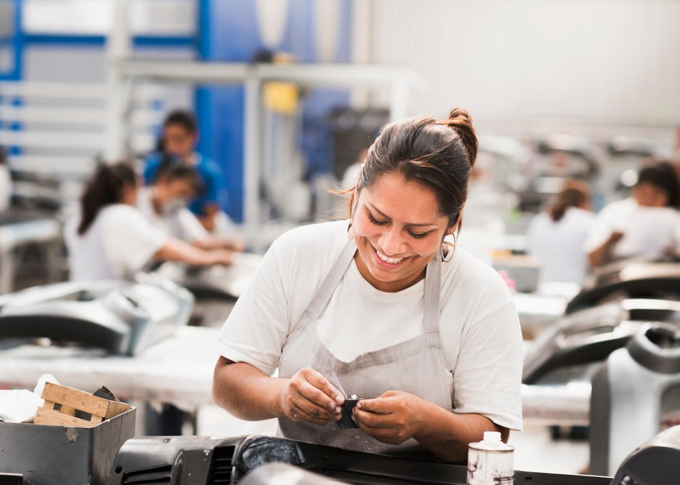 funcionária de fábrica feliz a trabalhar