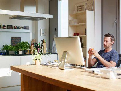 homem a pensar em frente ao computador