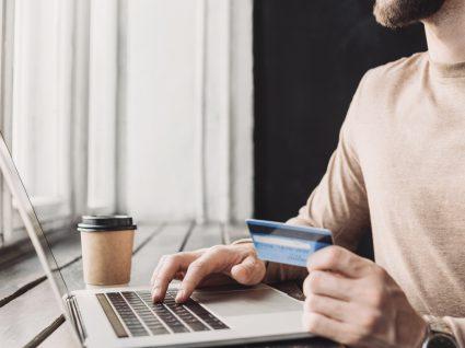 Homem a contratar crédito pessoal online