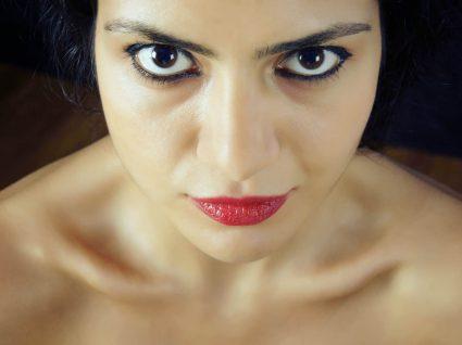 Mulher a corrigir sobrancelhas com falhas