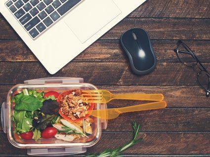 tupperware com almoço ao lado do computador a representar subsídio de alimentação