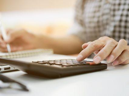 Trabalhadora independente a fazer contas ao IVA