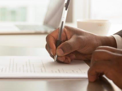 trabalhador a assinar um contrato