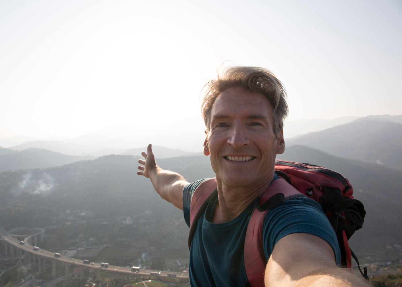 Selfie de homem a viajar sozinho