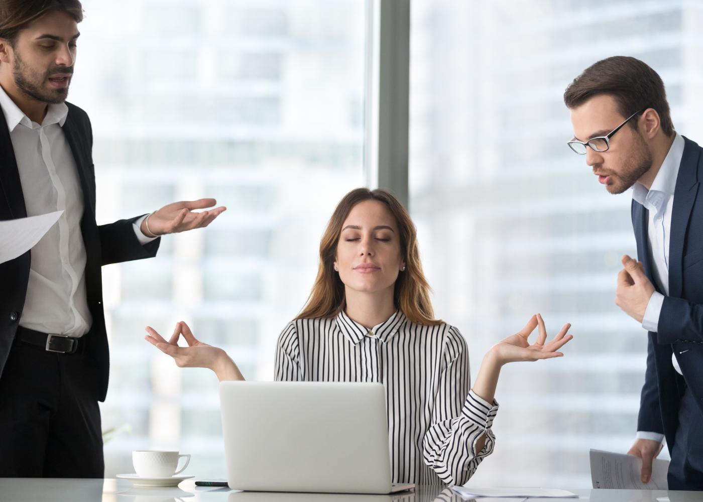 Mulher a meditar no local de trabalho