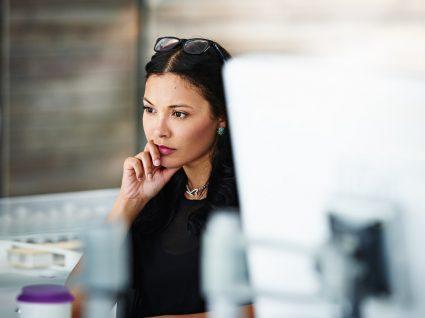 trabalhadora a analisar o seu trabalho
