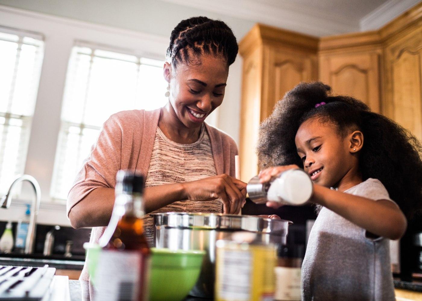 mãe e filha a cozinharem juntas