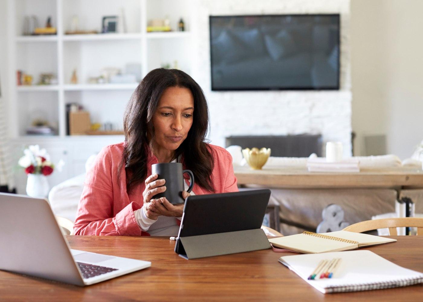 mulher a trabalhar remotamente em casa