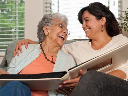 cuidadora informal a passar tempo com idosa