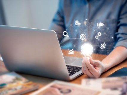 homem a trabalhar no computador num projeto sustentável