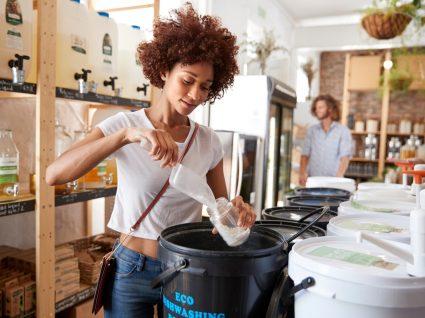 mulher a comprar produtos de limpeza ecológicos