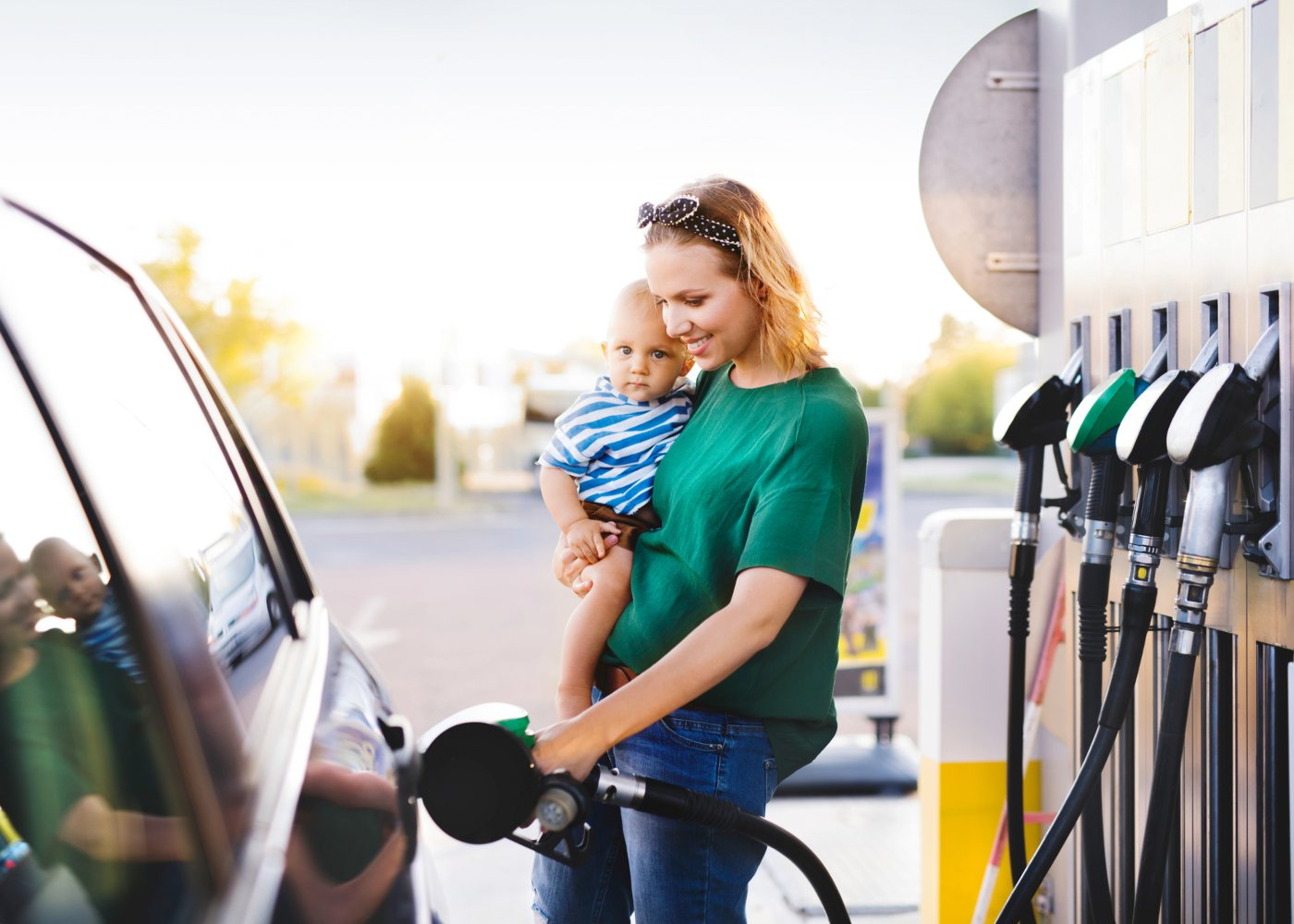 mulher a abastecer carro com combustíveis low cost, um dos mitos sobre automóveis