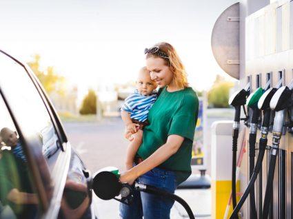 mãe com criança a abastecer combustível