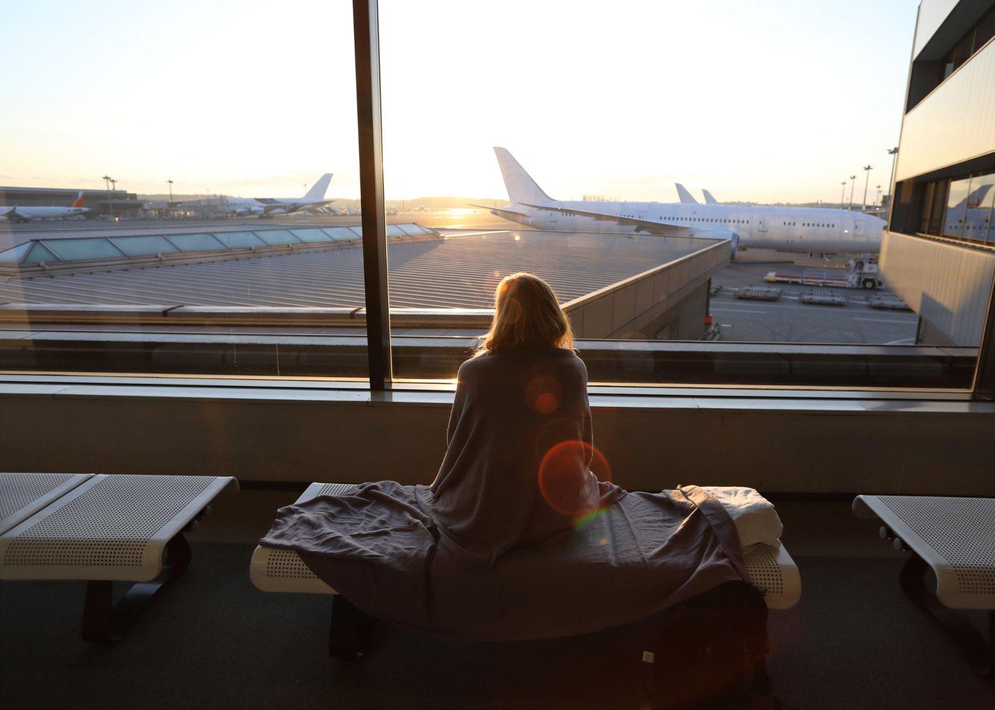 mulher a espera no aeroporto