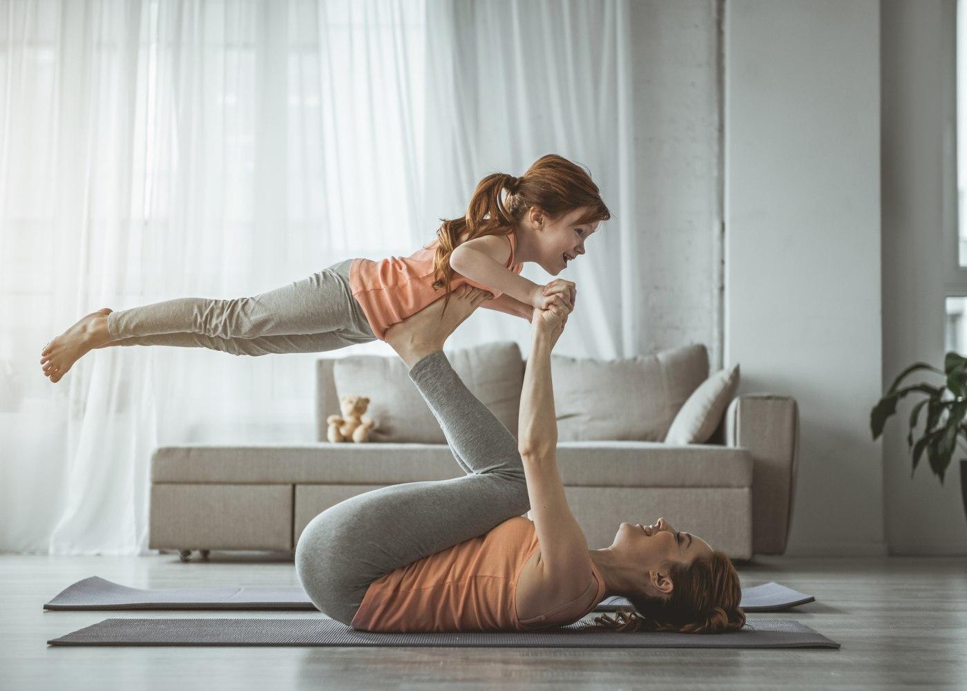 mãe e filha a fazer exercício físico em casa