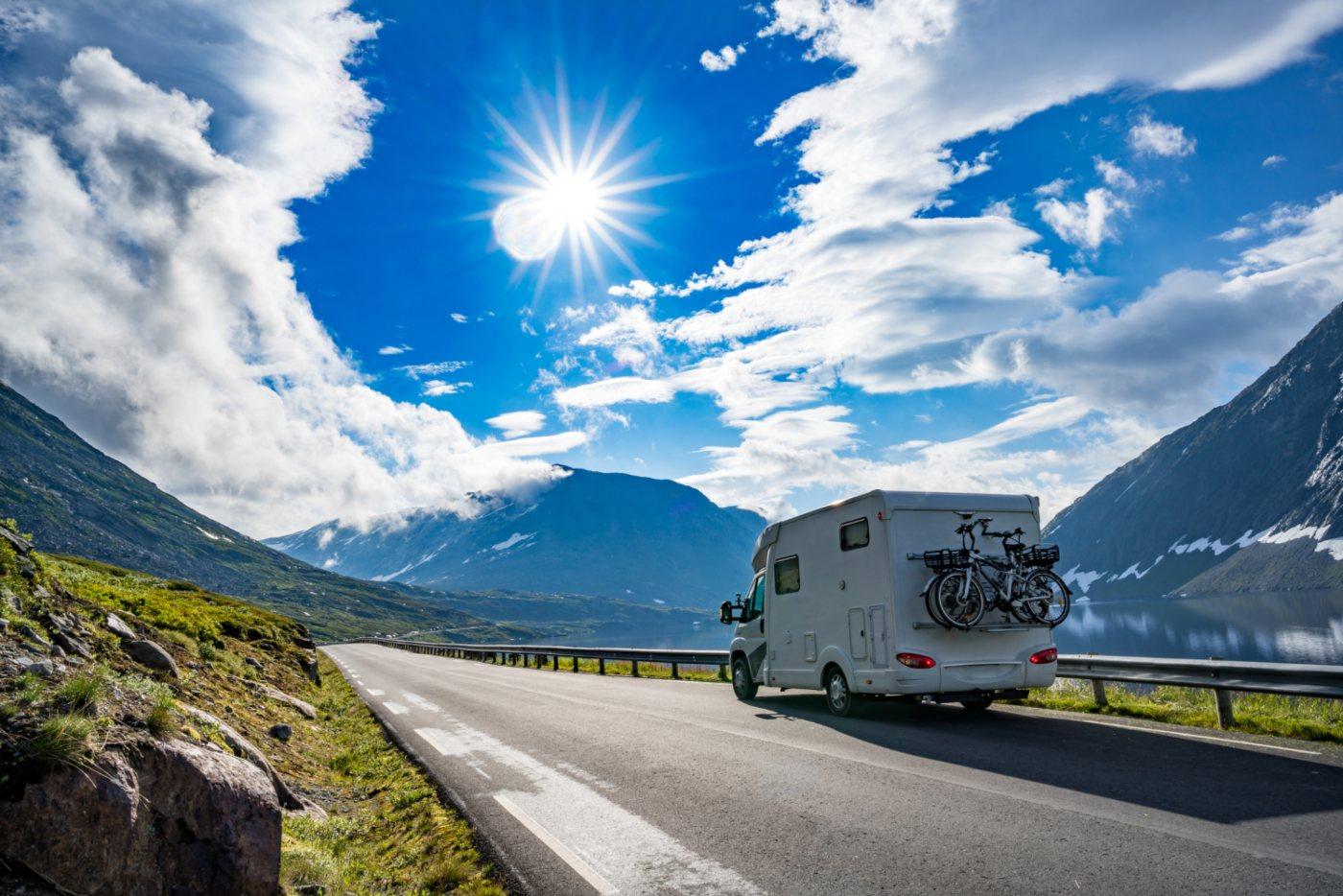 Autocaravana em direção à montanha