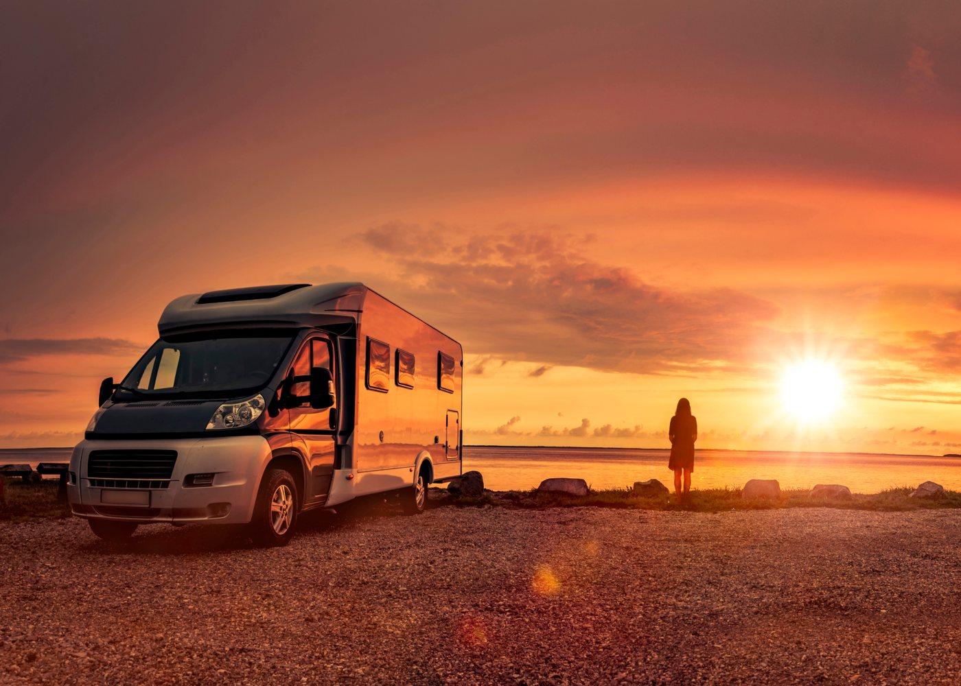 Autocaravana ao pôr do sol
