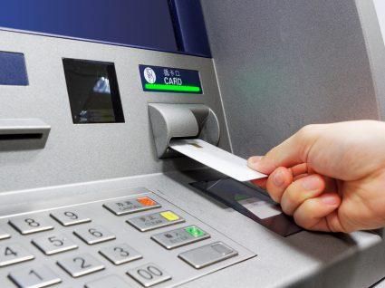 Banco de Portugal vai facilitar crédito pessoal: mulher a levantar dinheiro