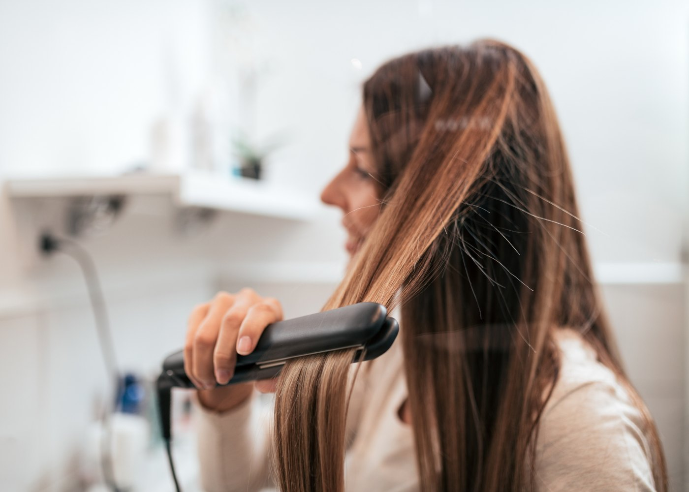 Mulher a cuidar do cabelo em casa