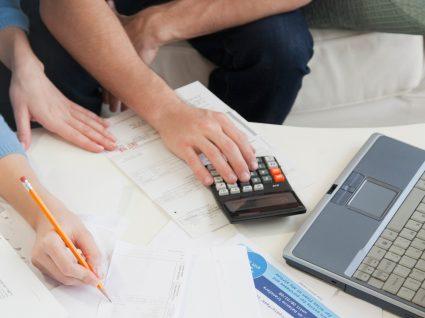 Casal a preparar a entrega da declaração de IRS