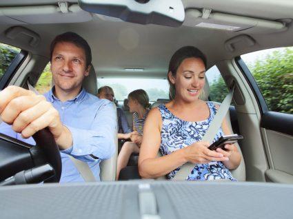 família a viajar de carro