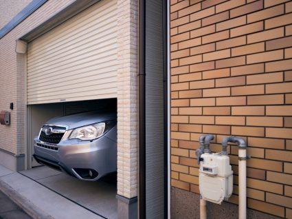 Carro estacionado em garagem