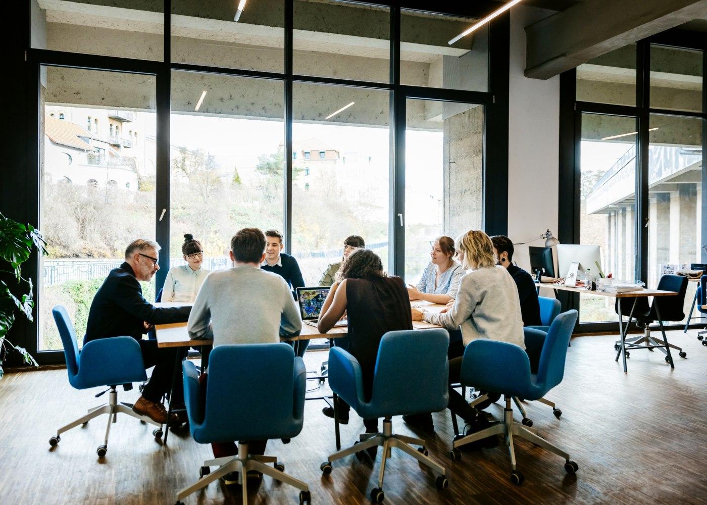 trabalhadores em reunião no escritório