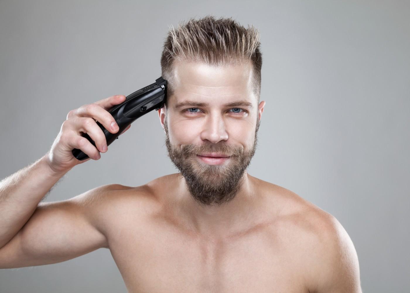 Homem a cuidar do cabelo em casa