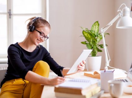 Estudante a inscrever-se online nos exames nacionais