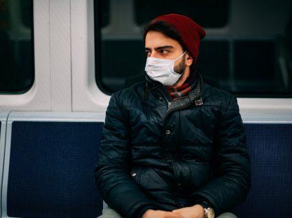Homens de máscara no metro