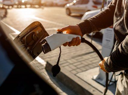 pessoa a carregar carro depois de usufruir dos incentivos à compra de carros elétricos