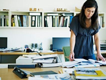 Inspetora da ACT a verificar contabilidade de empresa