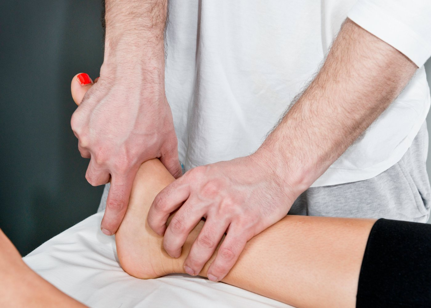 Médico a tratar pés inchados
